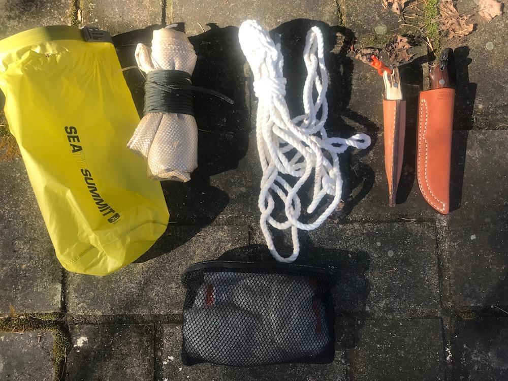 左上から時計回りに……ドライサック、土嚢袋2枚、ロープ6mちょい、ナイフ2本、衛生用品のポーチ